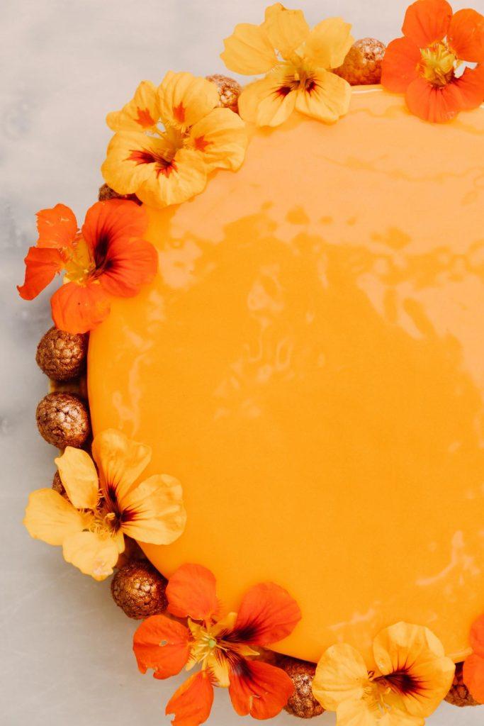 Kage med havtornmousse, glaze og knasende hvid chokolade bund