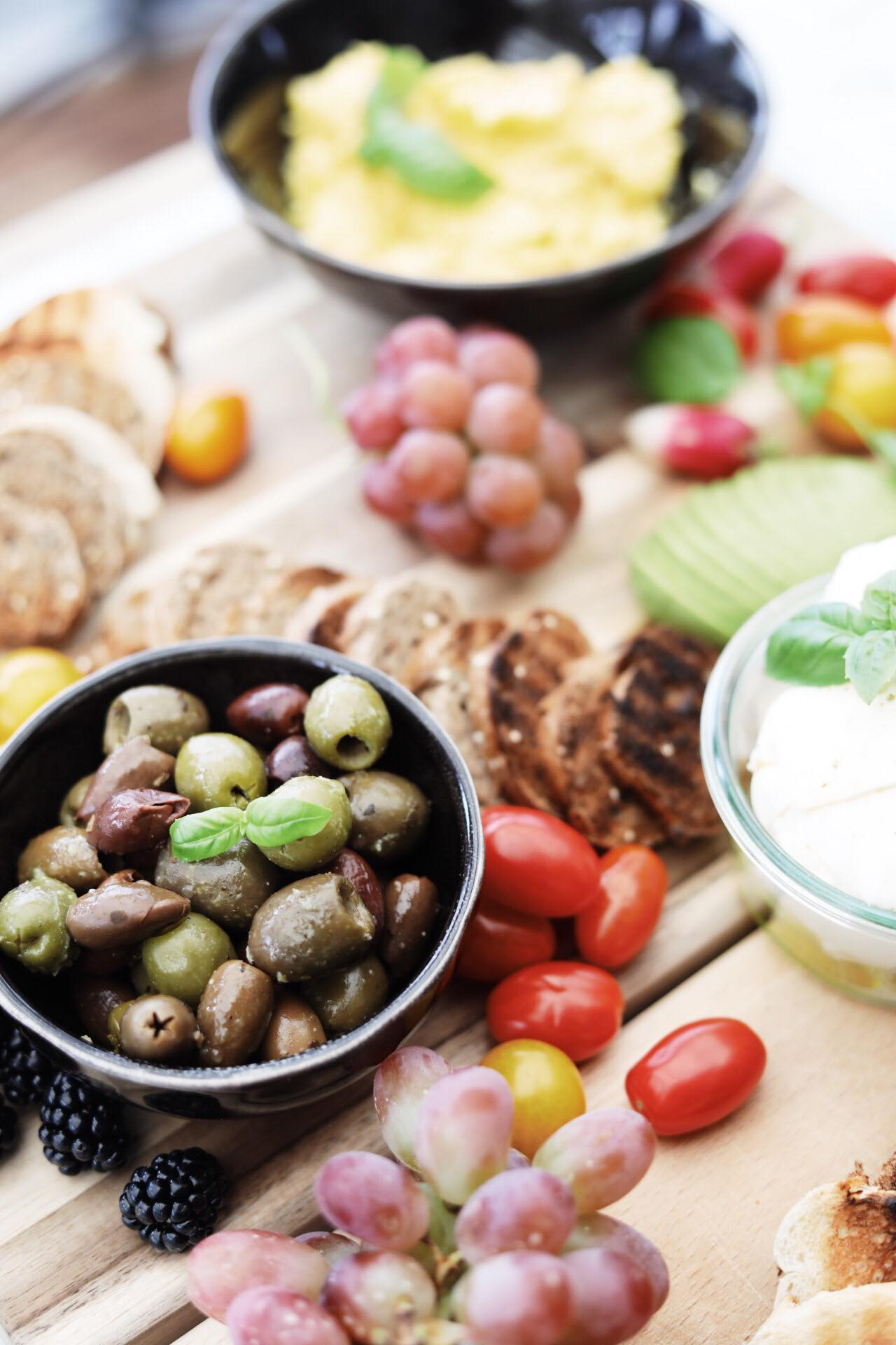 Tapas inspiration- opskrift på cremede røræg og humus med peberfrugt