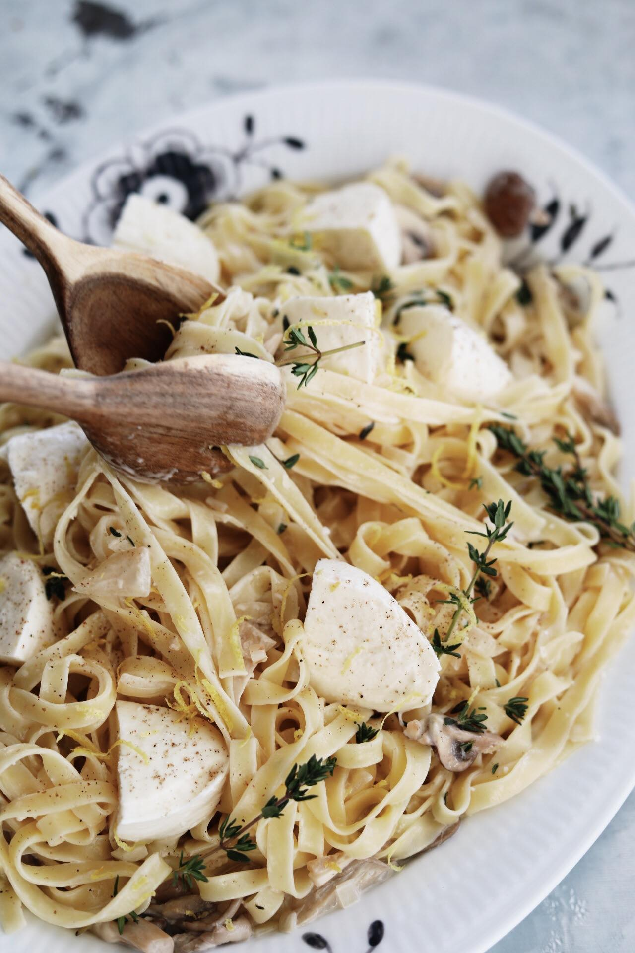 Cremet pastaret med svampe og mozzarella
