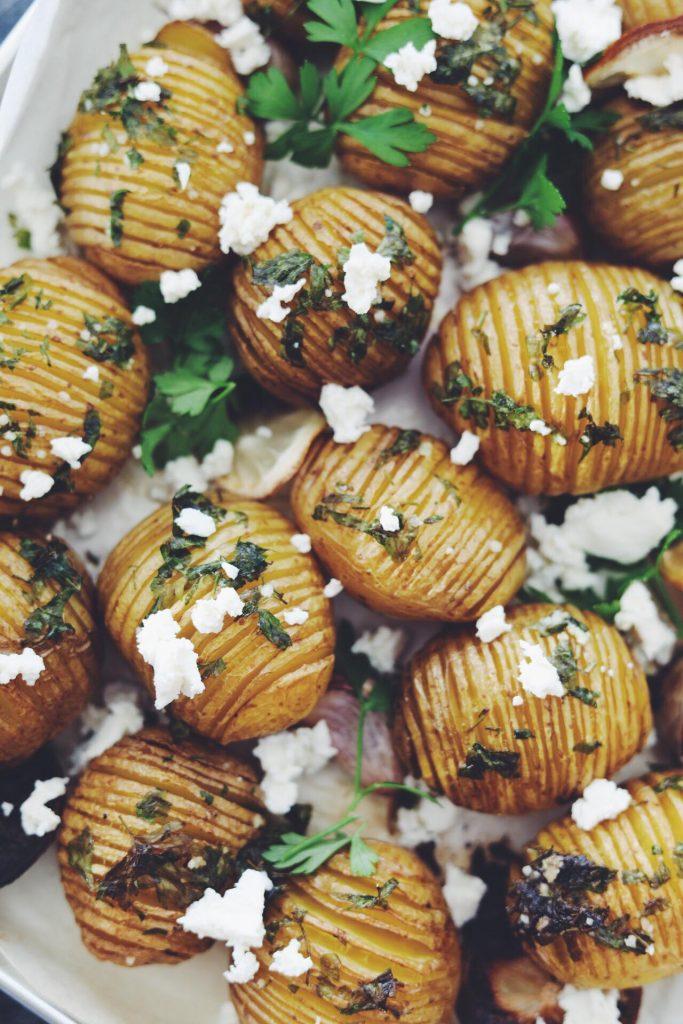 Hasselback kartofler med persille, citron, hvidløg og feta