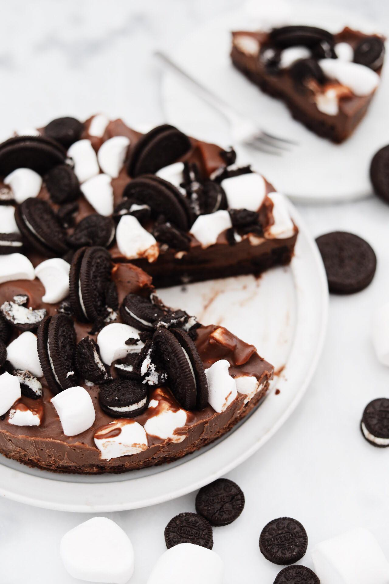 Klæg chokoladekage med fudge, skumfiduser og Oreos