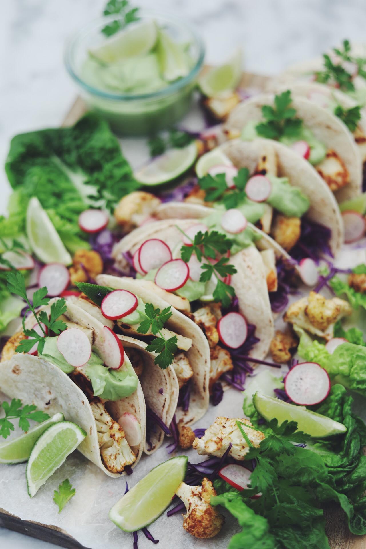 Tacos med krydret blomkål, halloumi og spicy avocado