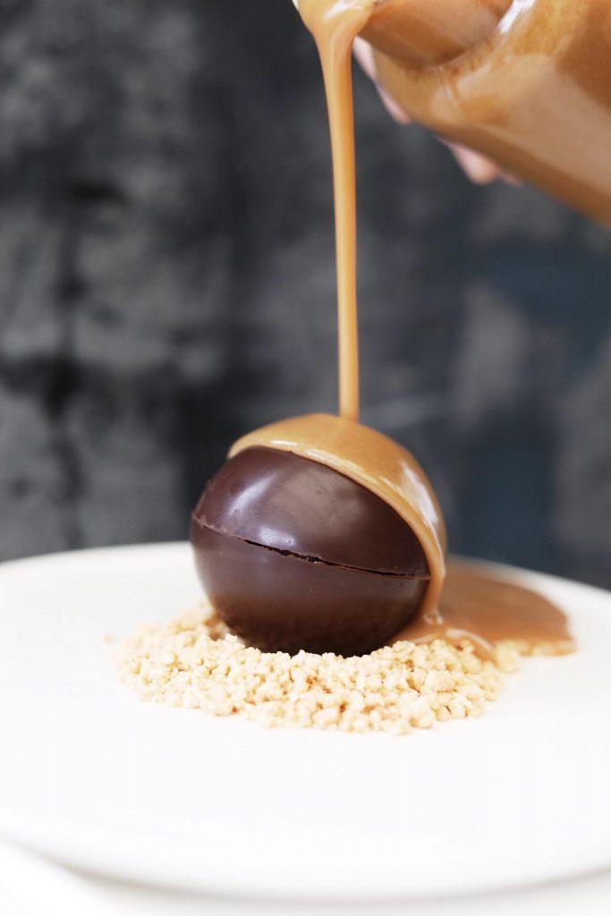 Dessertbombe med mousse, crunch og karamelsauce