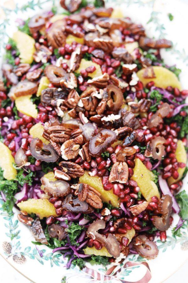 Frisk rødkålssalat med grønkål, granatæble, appelsin og pecannødder