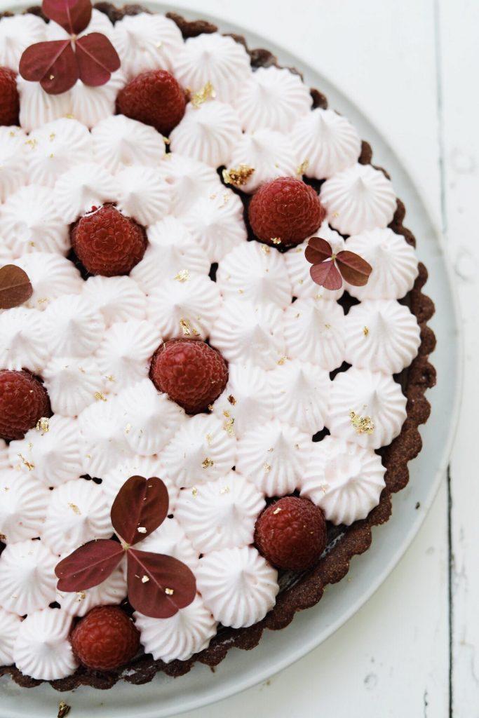Chokoladetærte med nutellaganache, marengs og hindbær