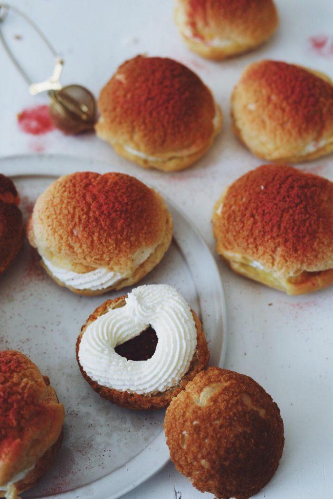 Choux au craquelin med hindbærsyltetøj og flødeskum
