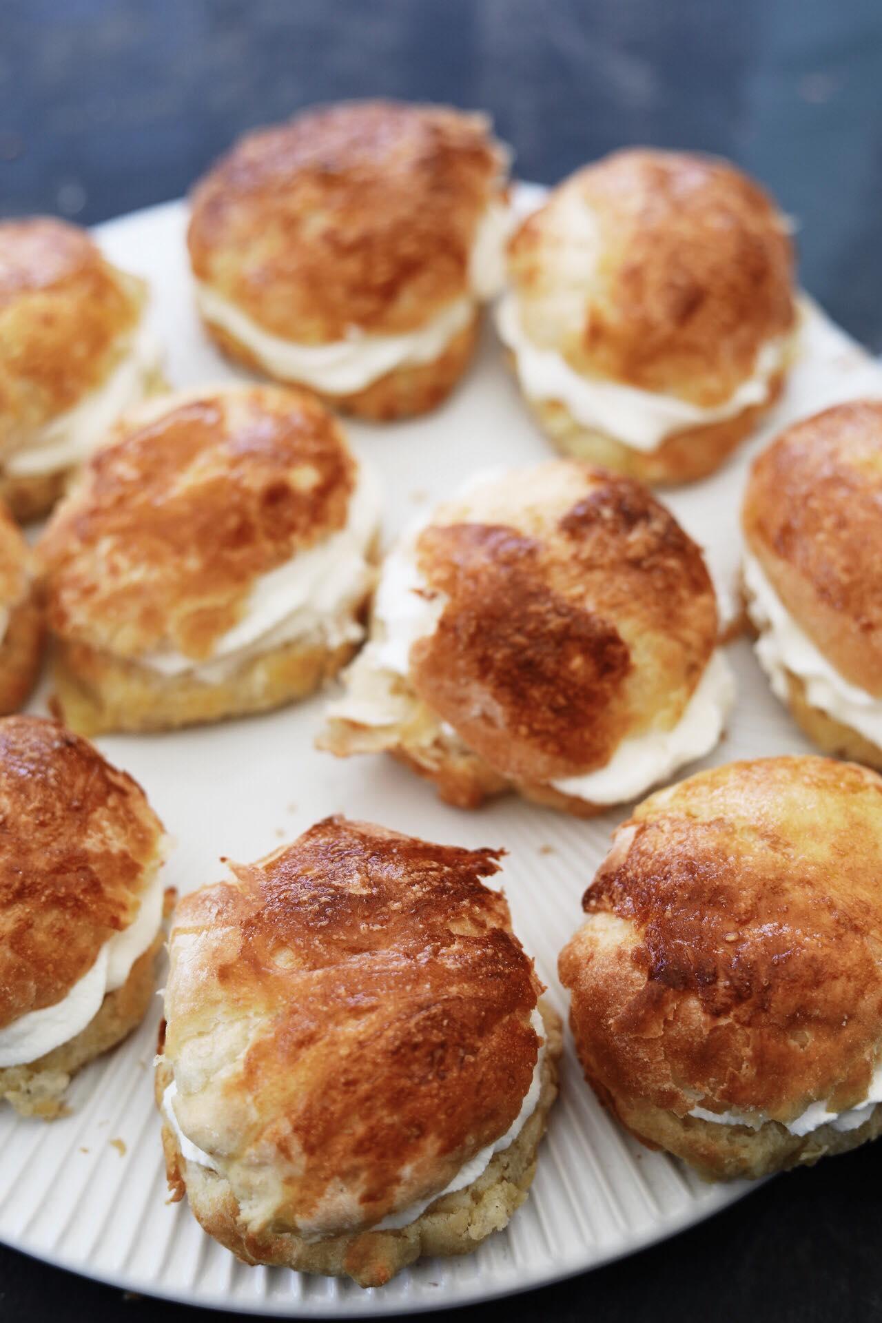 Fastelavnsboller af wienerbrødsdej med kagecreme og flødeskum