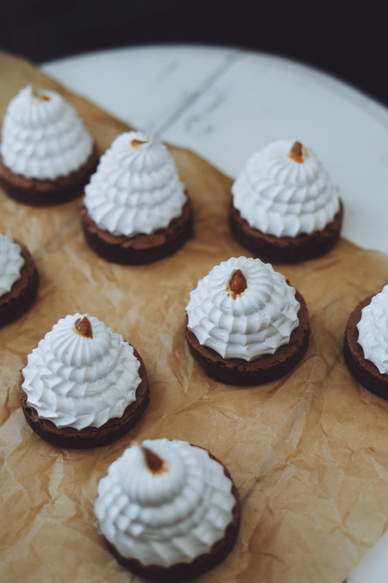 Flødeboller med browniebund, kaffeskum og dulce de leche