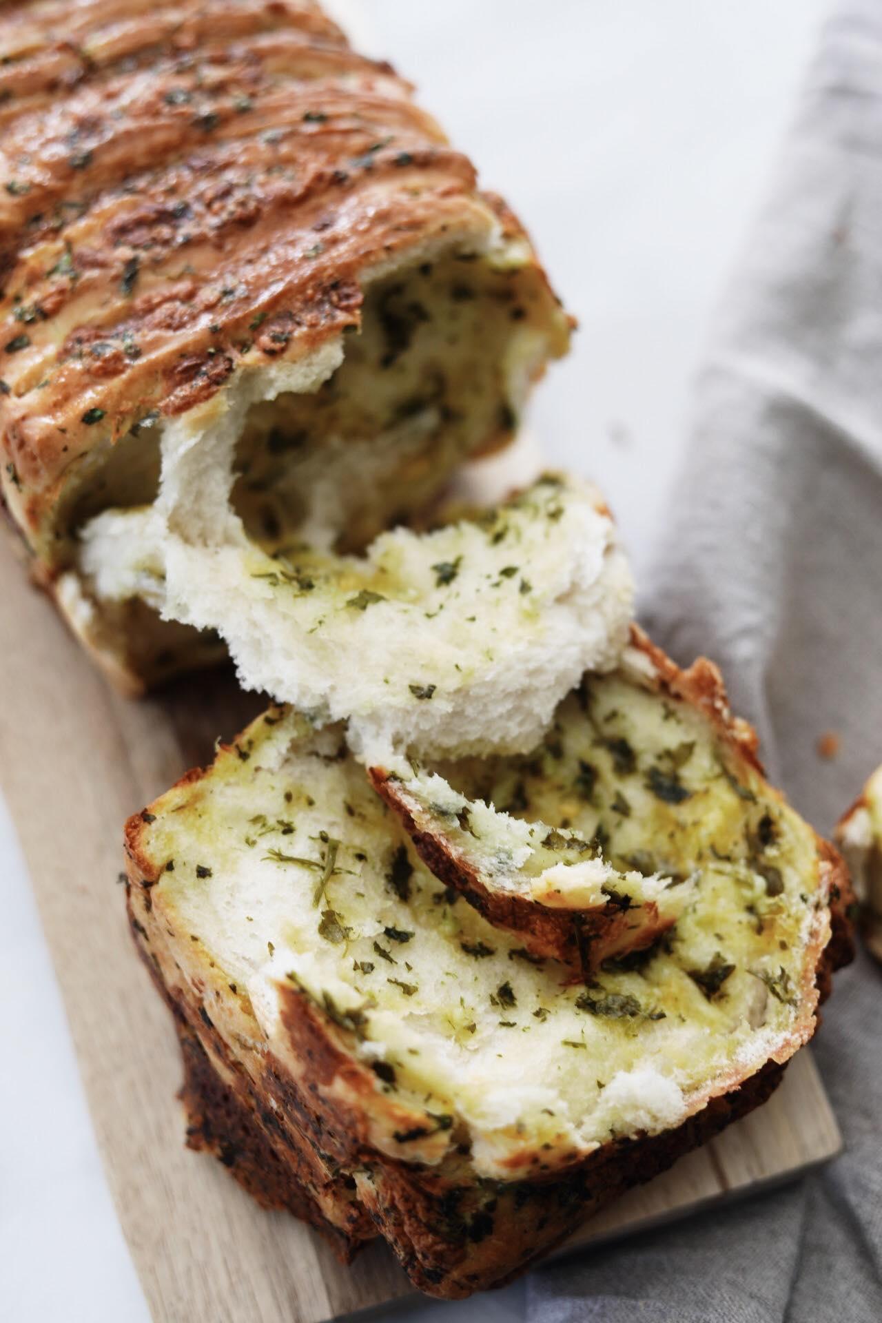 Pull-apart bread med ost, hvidløg og persille