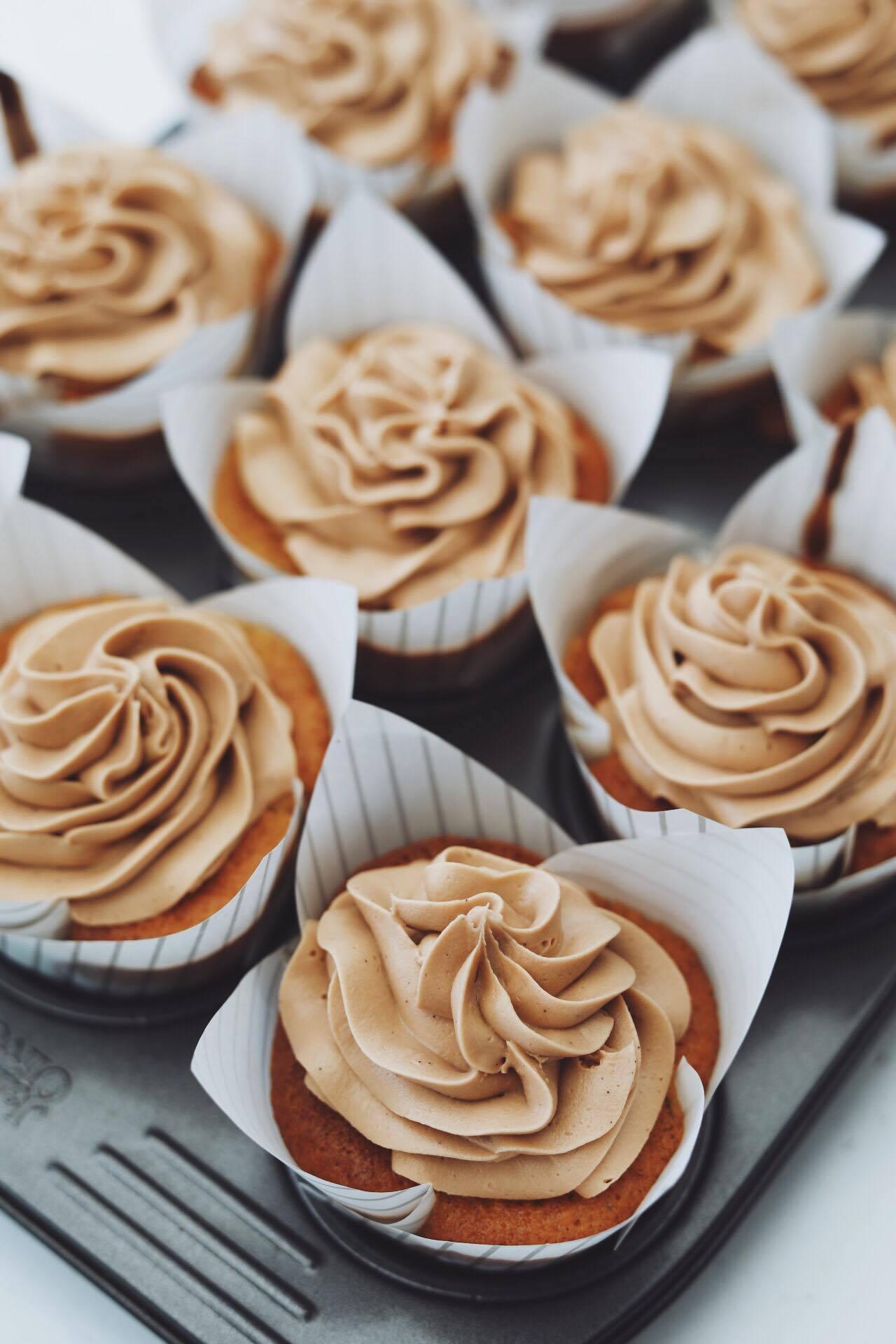 Banan cupcakes med karamel og mælkechokolade