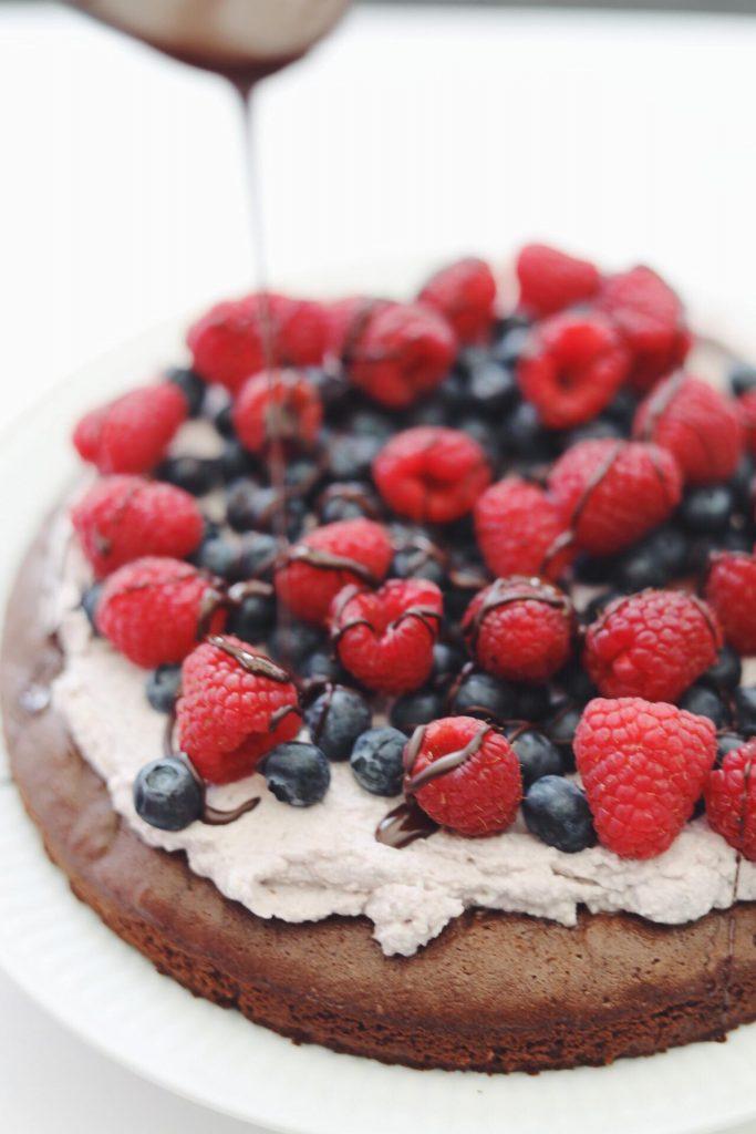 Gluten- og laktosefri chokoladekage med kokosskum