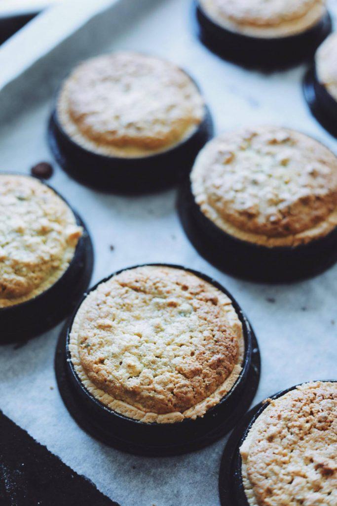 Små tærter med pistacie frangipane, lime og flødebolleskum