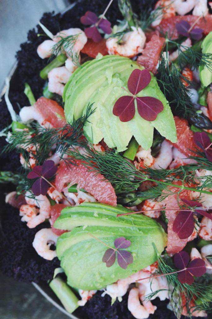 Frisk salat med skaldyr og dilddressing