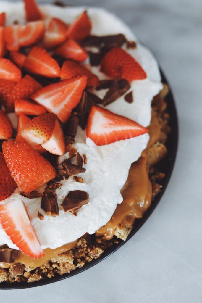Hurtig kage med kiks, karamel, flødeskum og jordbær