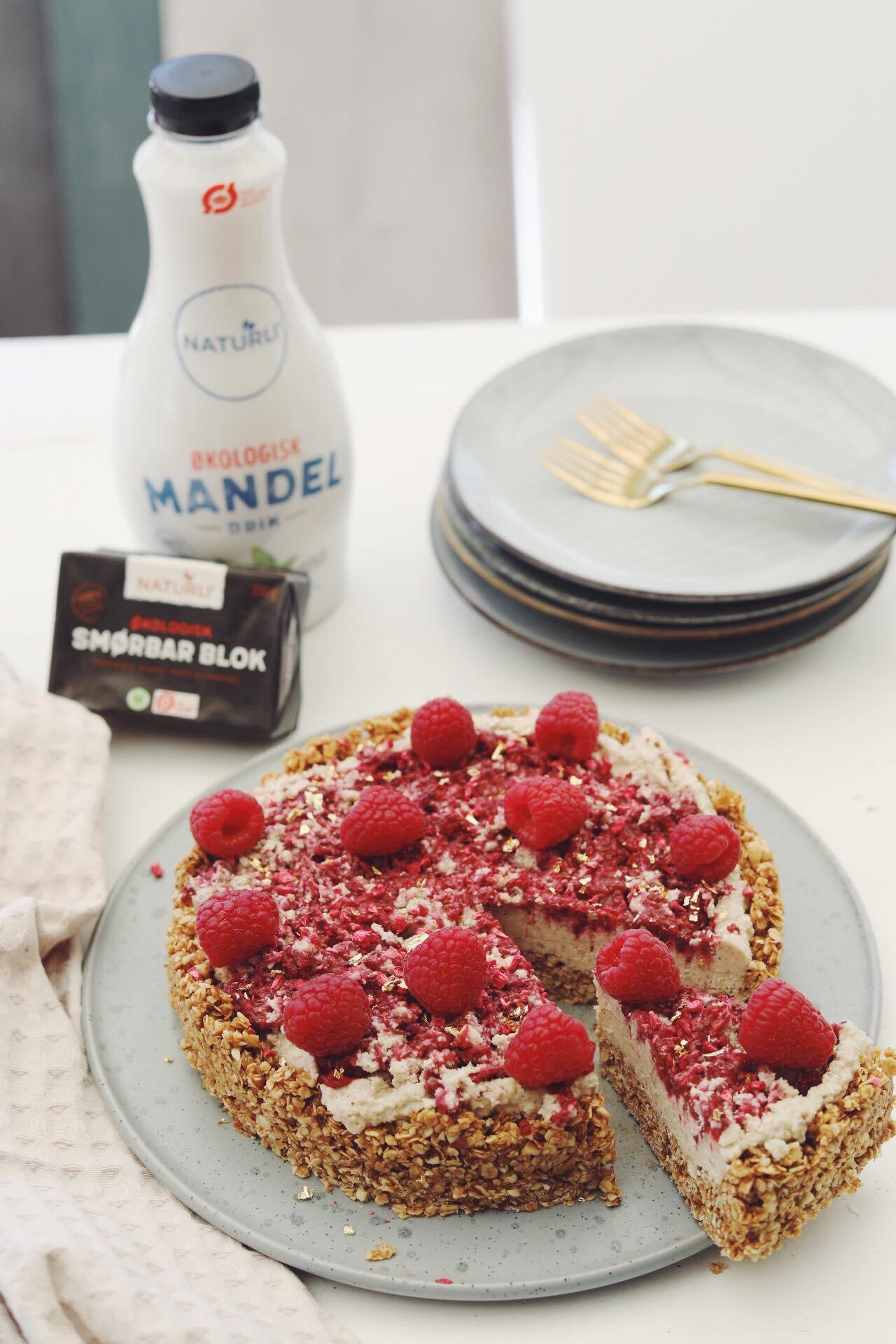 Vegansk cheesecake med hindbær-swirl og lidt om bæredygtighed