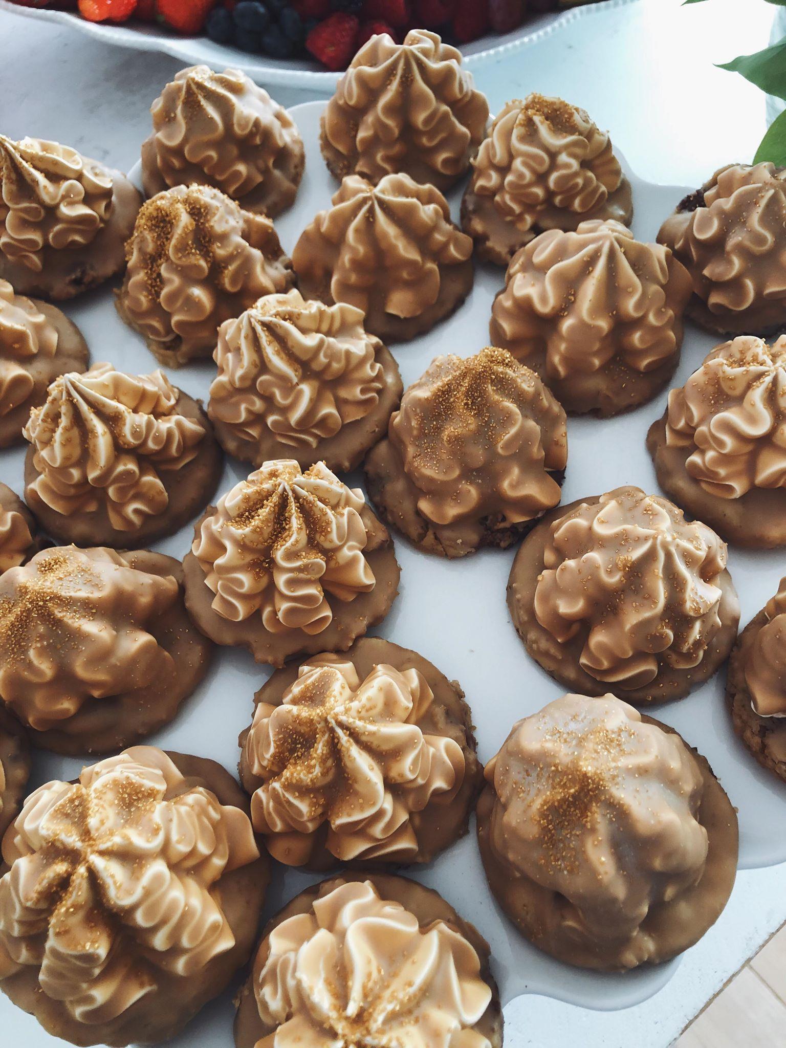 Flødeboller med cookie, kaffeskum og karamel chokolade