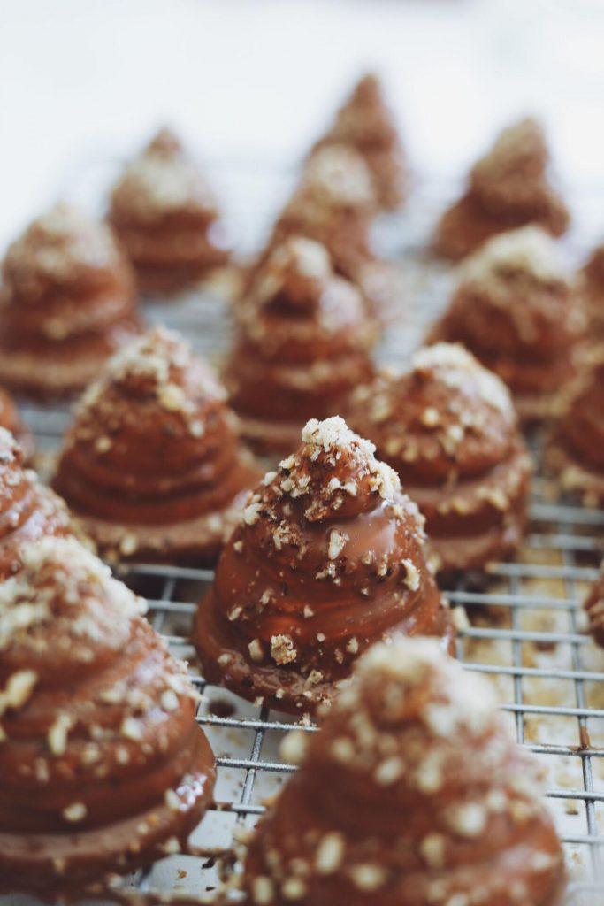 Flødeboller med marcipan, karamel og hasselnødder
