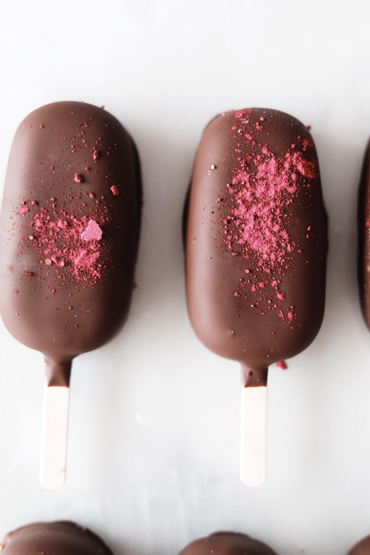 Ispinde med vaniljeis, solbærmarmelade og mørk chokolade