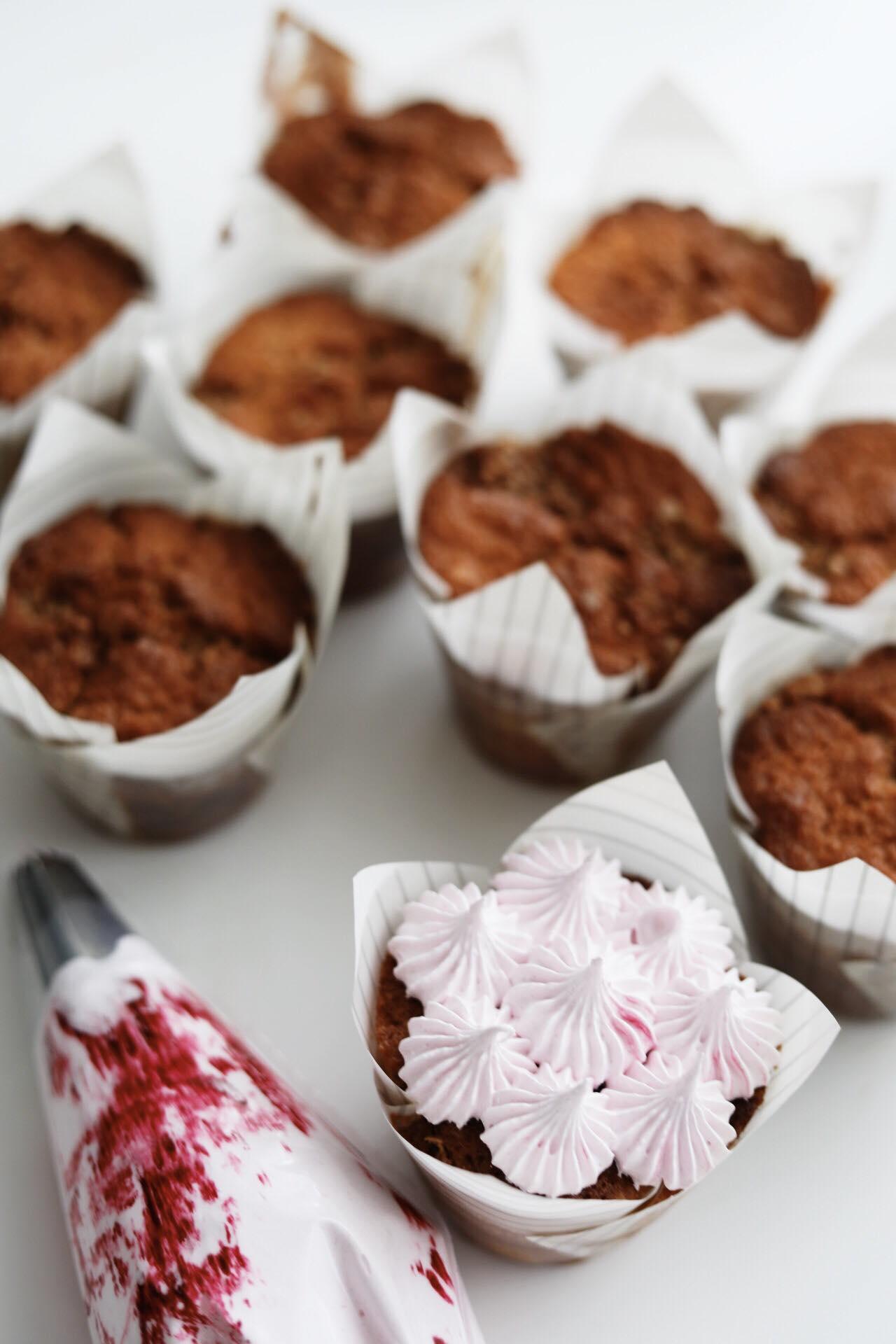 Rabarbermuffins med crumble og marengs