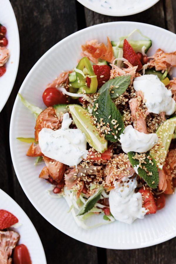 Salat med varmrøget laks og urtedressing