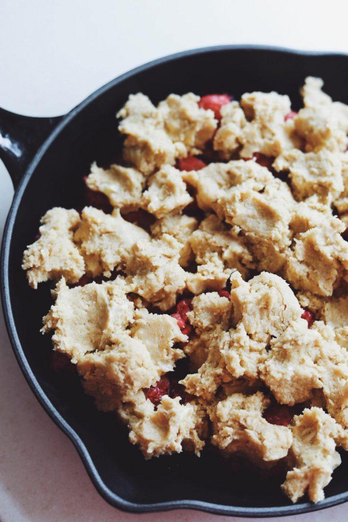 Cookie crumble med hindbær og jordbær