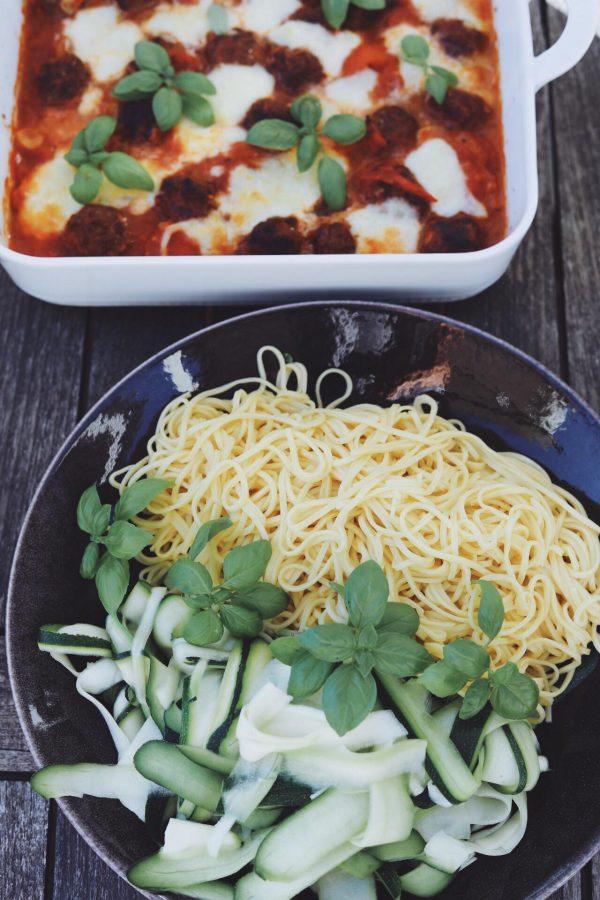 Kødboller i tomatsauce med mozzarella