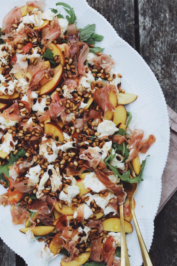Salat med rucola, ferskner og parmaskinke