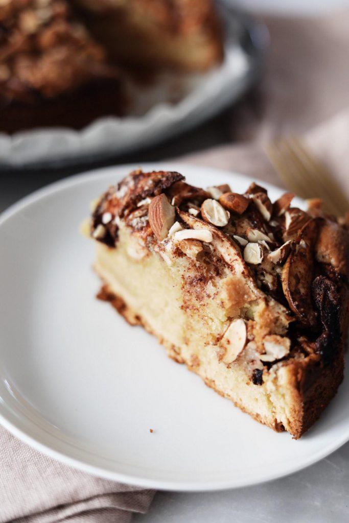Svampet kage med marcipan, æbler og kanel