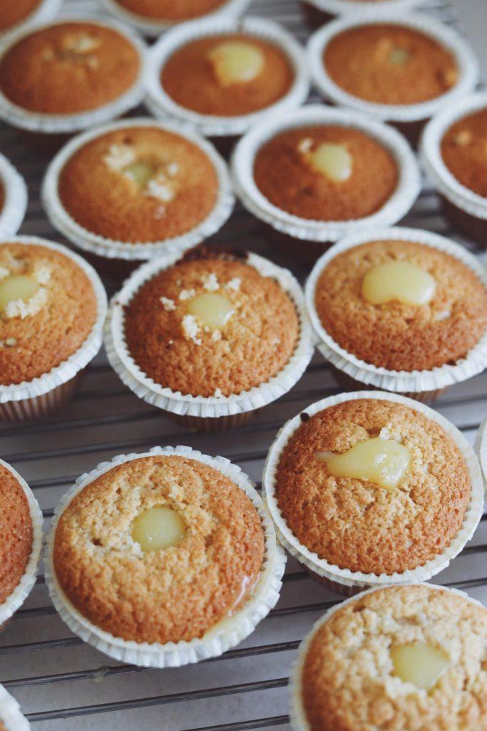 Vanilje cupcakes med lemoncurd og marengs