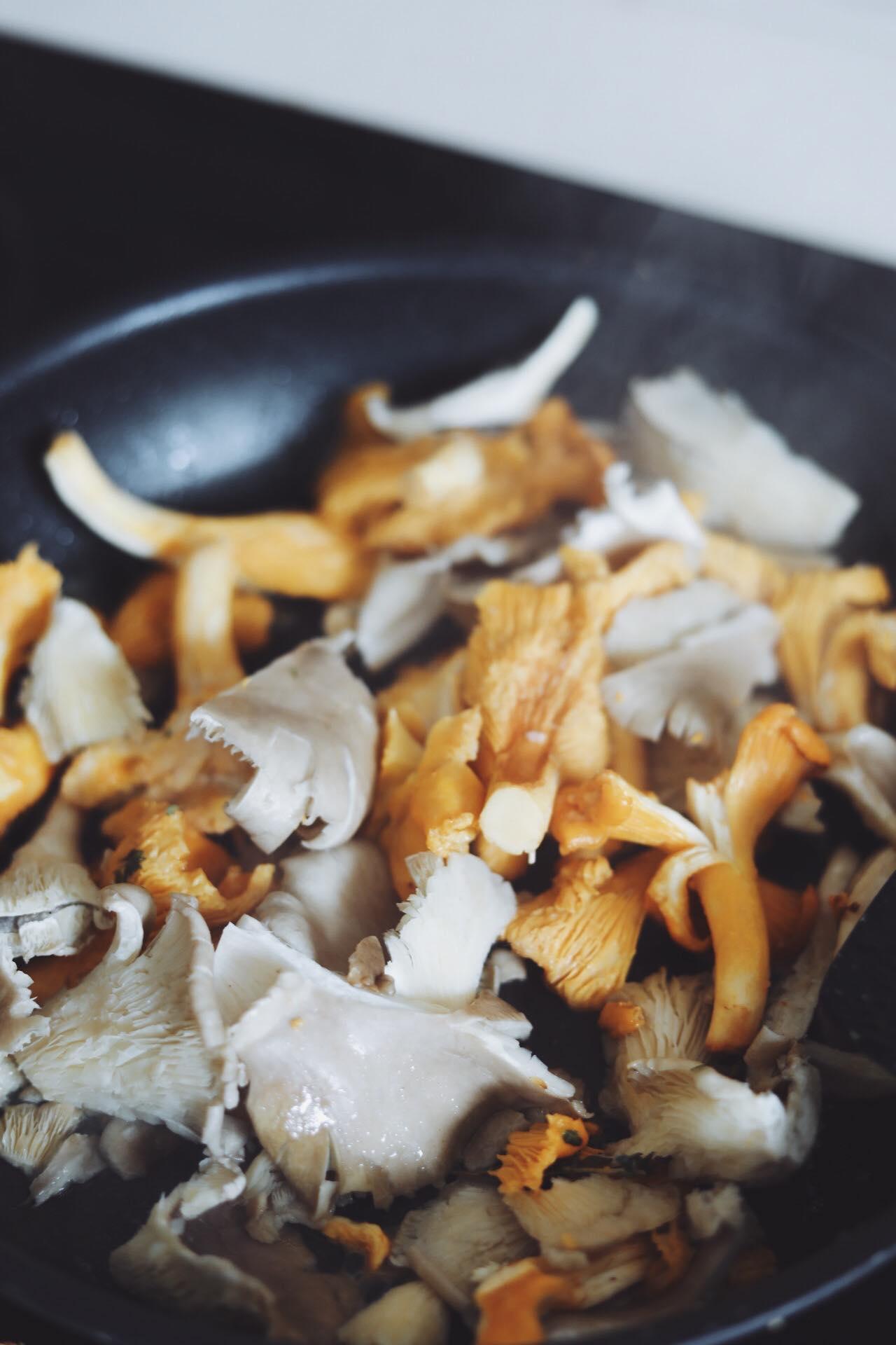 Ristet brød med cremet svampefyld