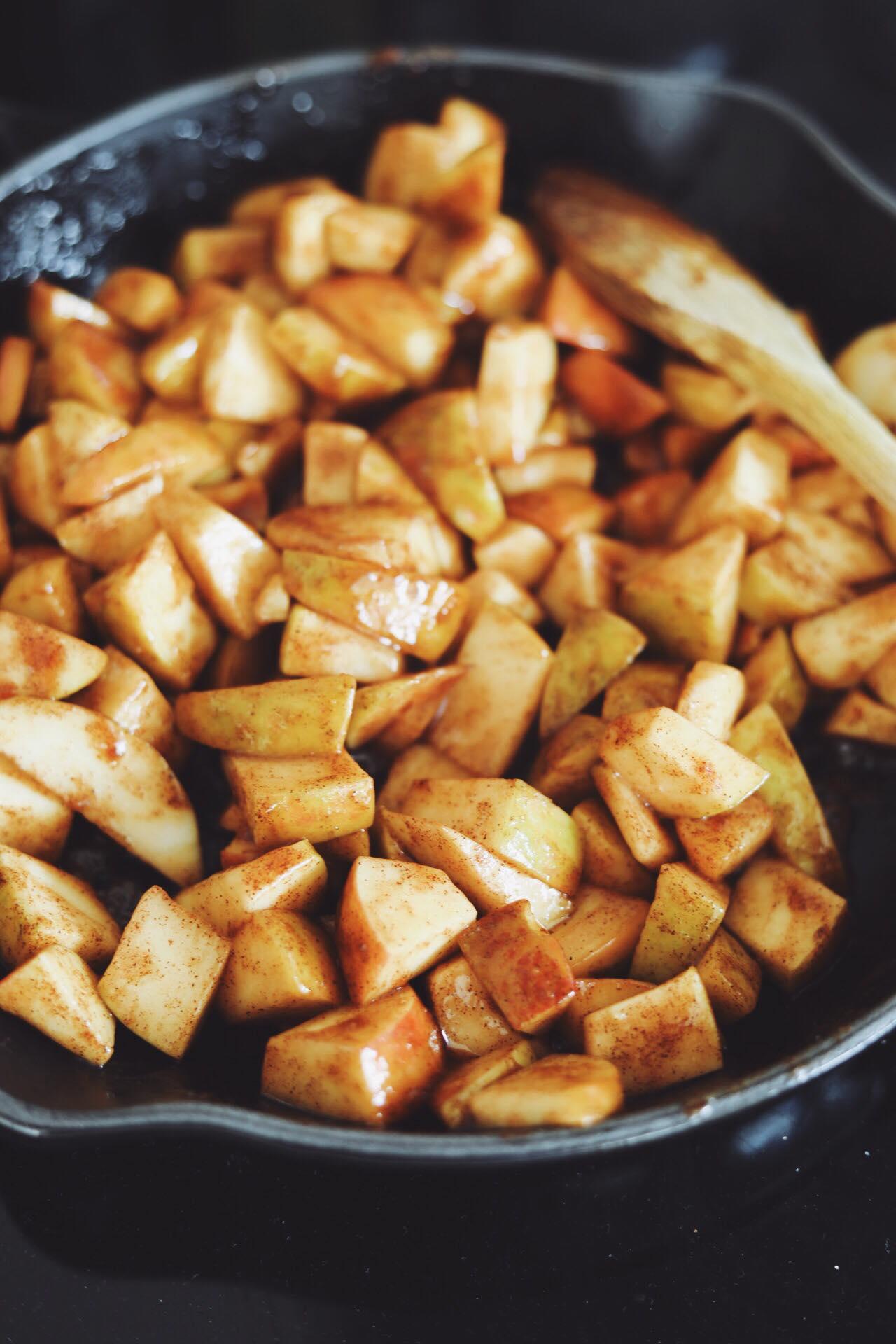Æblecrumble med hasselnødder og karamelsauce