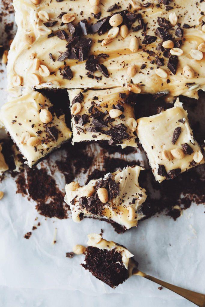 Chokoladekage med peanut butter frosting og karamel