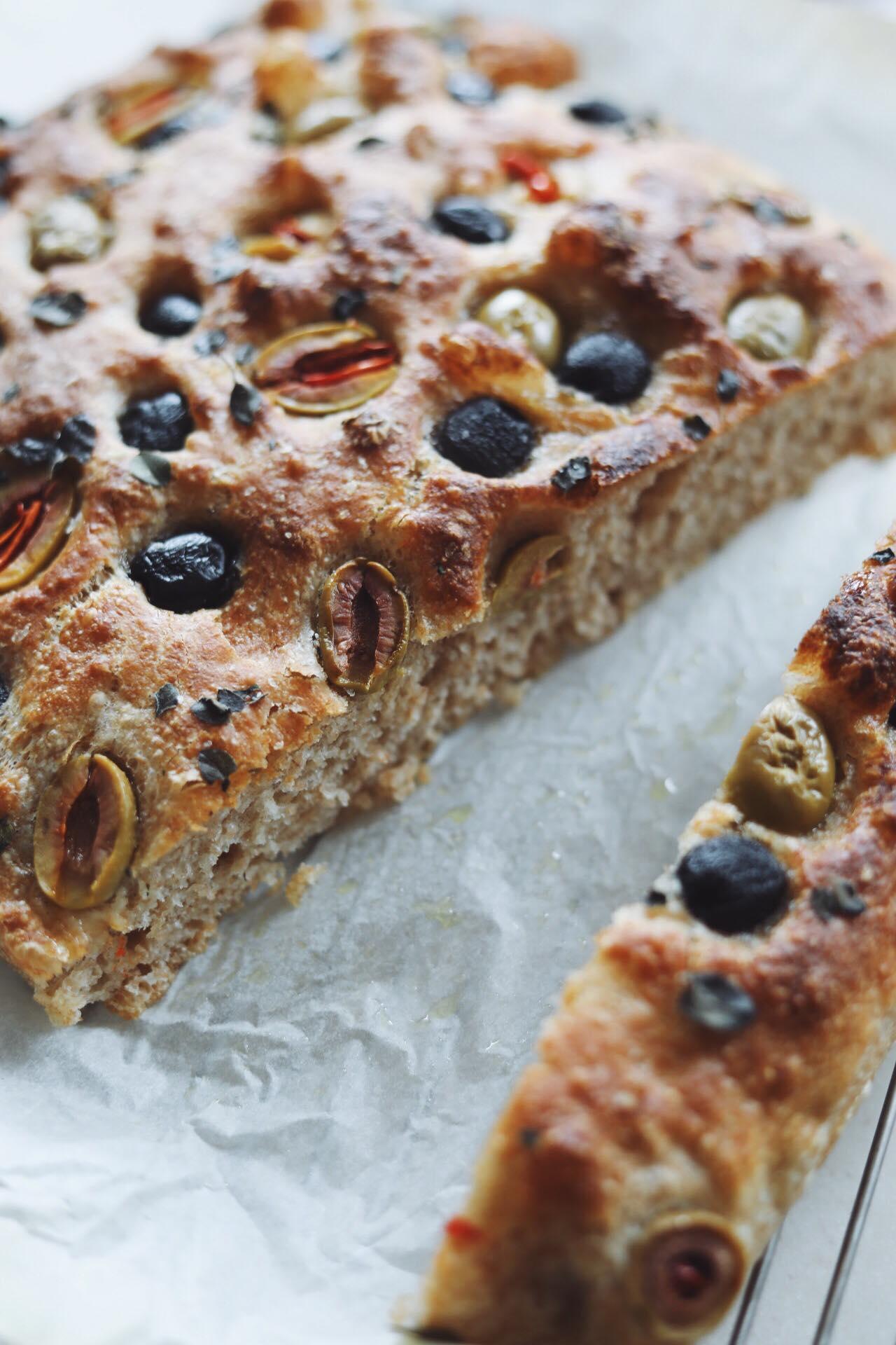 Koldhævet foccacia brød med oliven og oregano