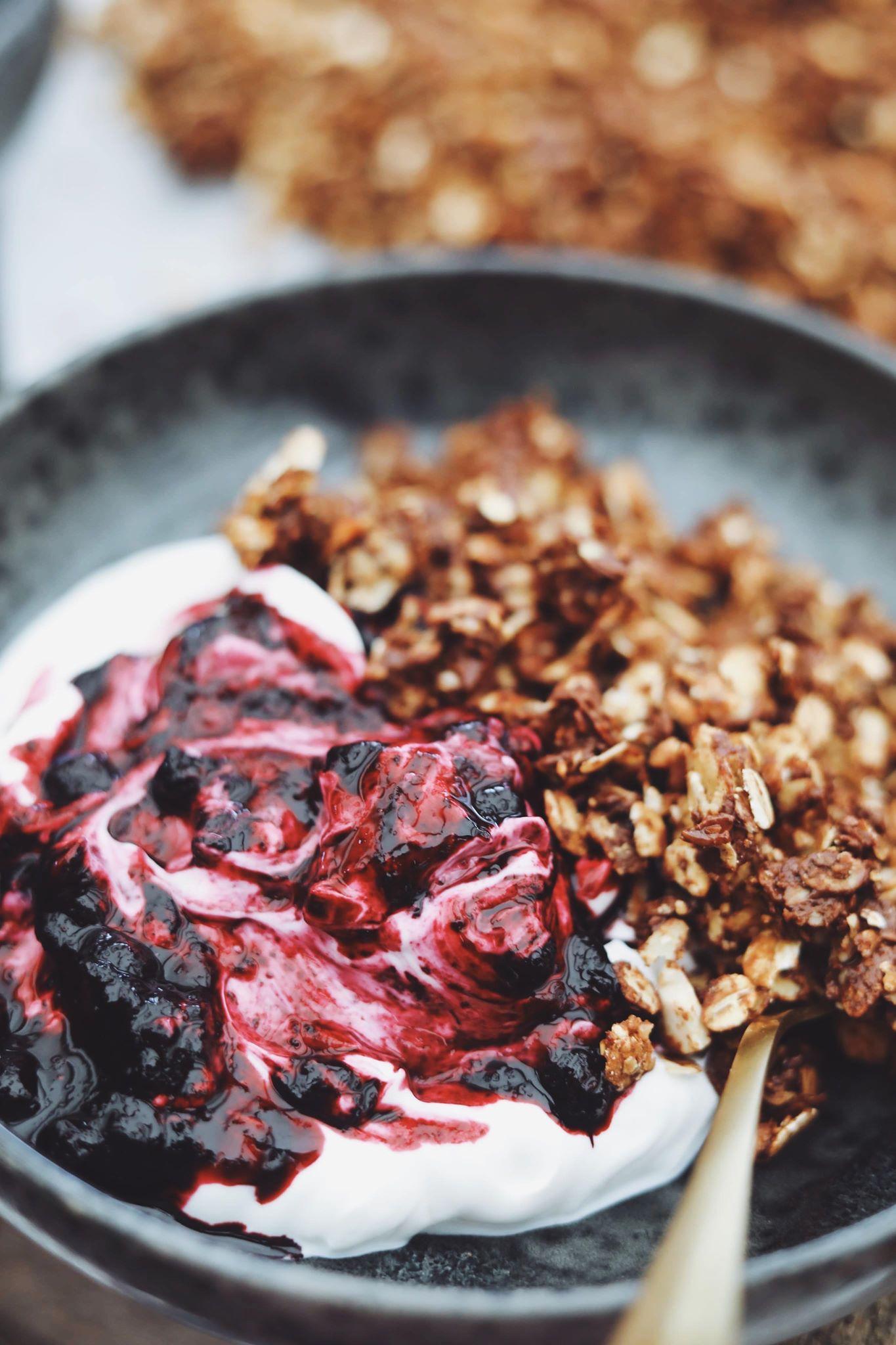 Fredagshygge- Yoghurt med blåbærkompot og sprød granola
