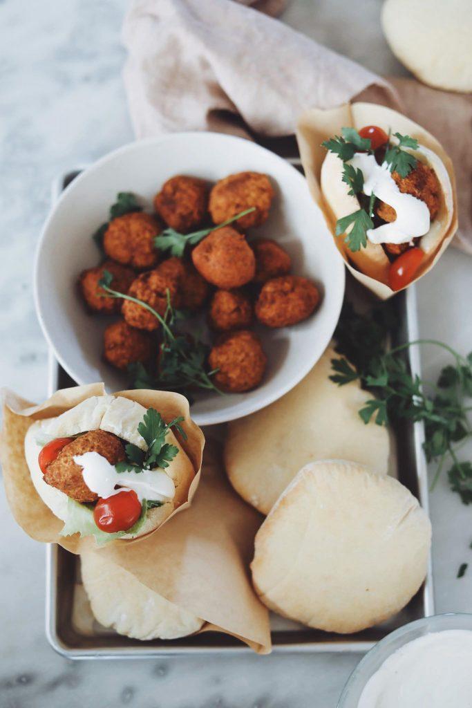 Hjemmelavede falafler med pitabrød
