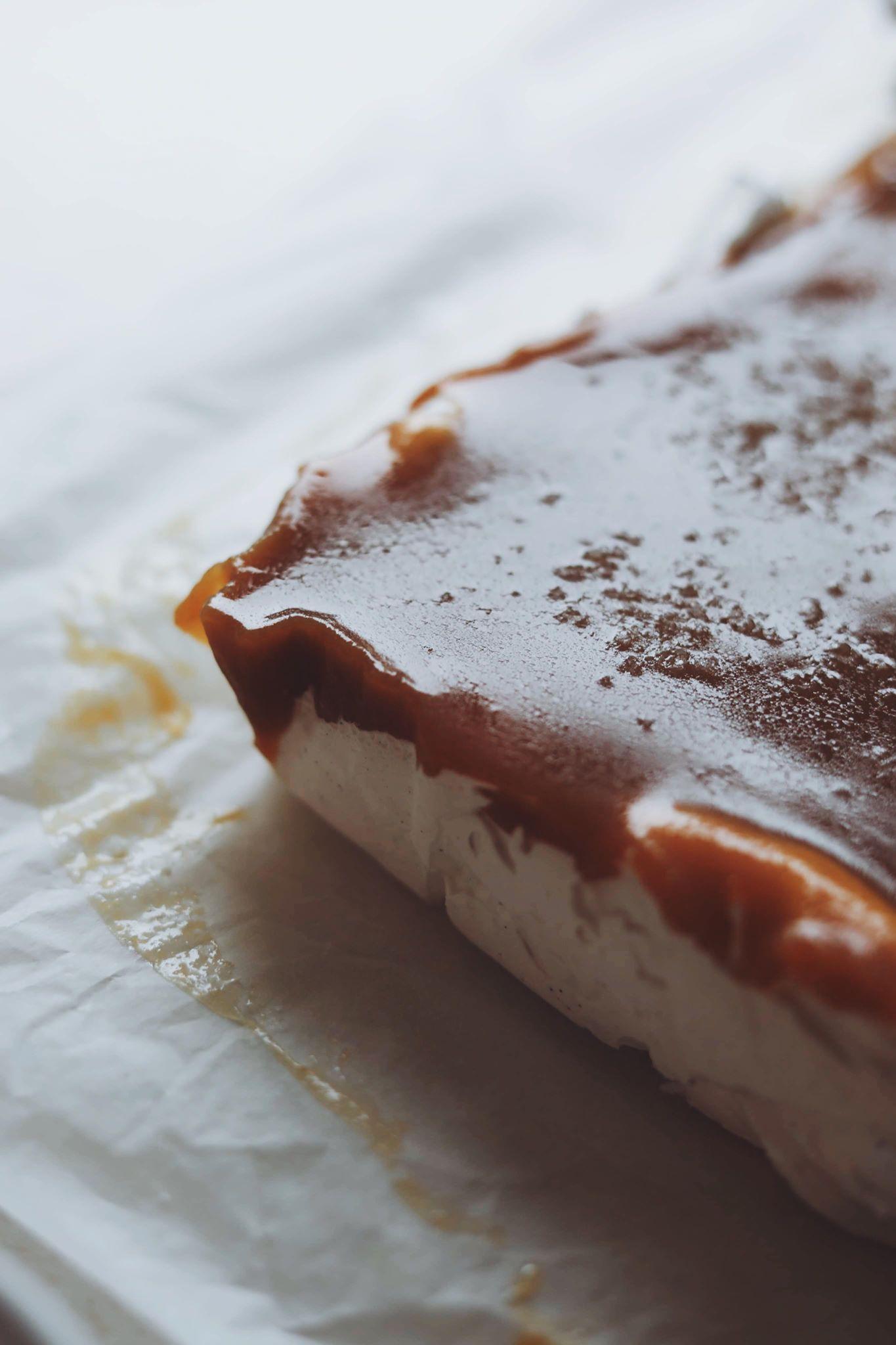 Skumfiduser med karamel og mørk chokolade
