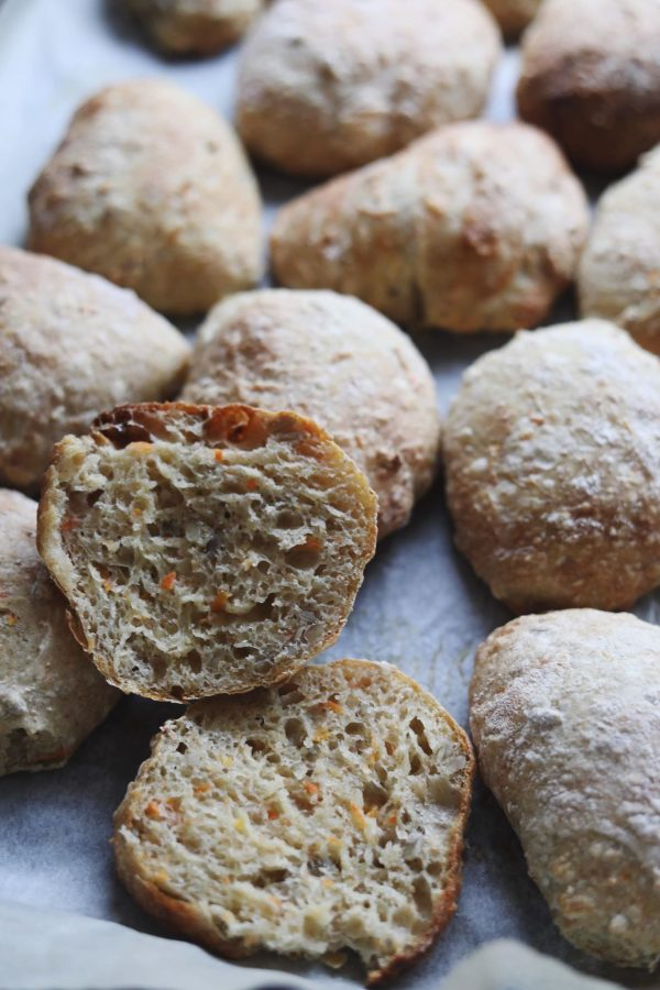 Koldhævede sprøde gulerodsboller