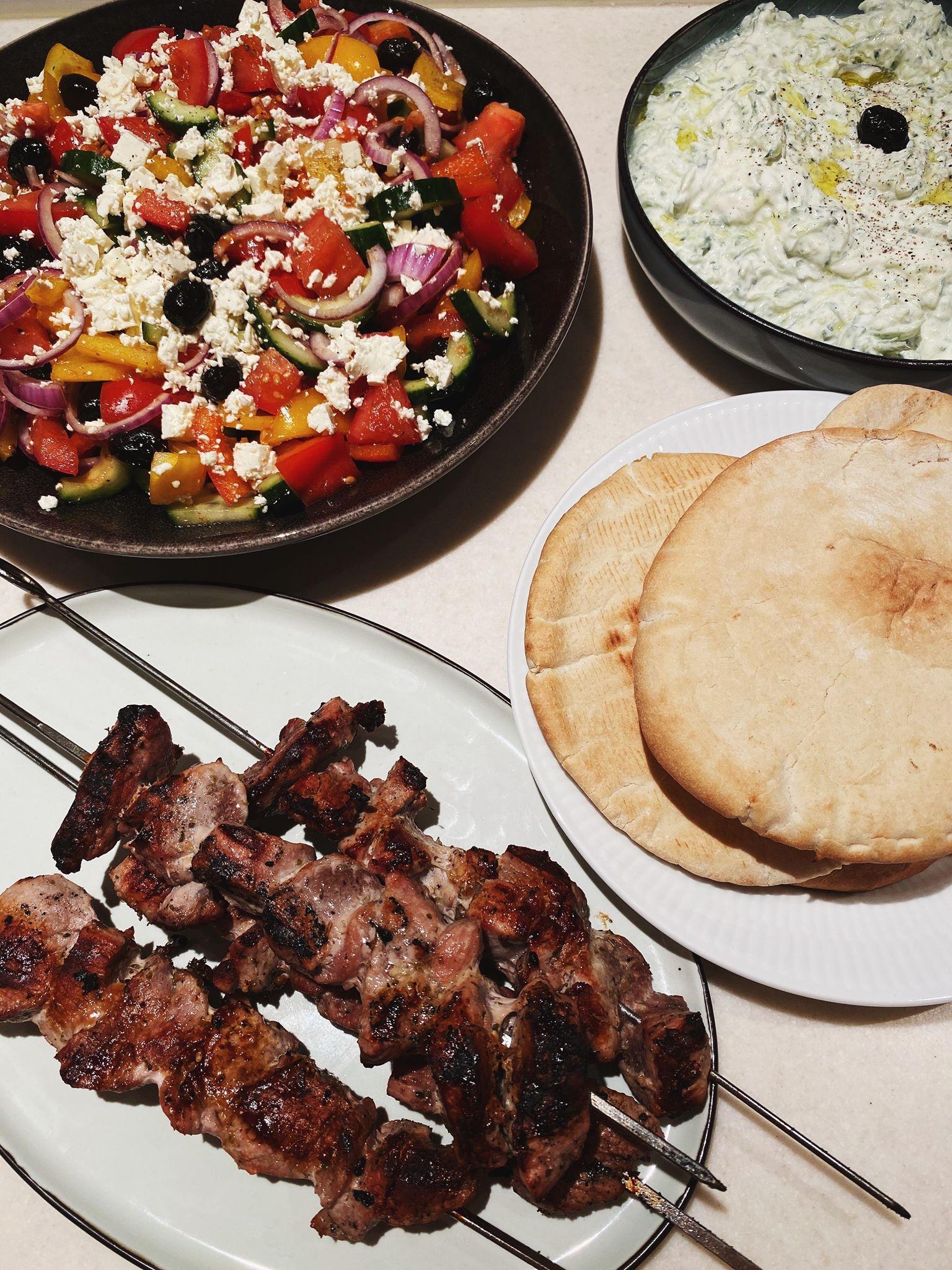 Souvlaki med tzatziki og græsk salat