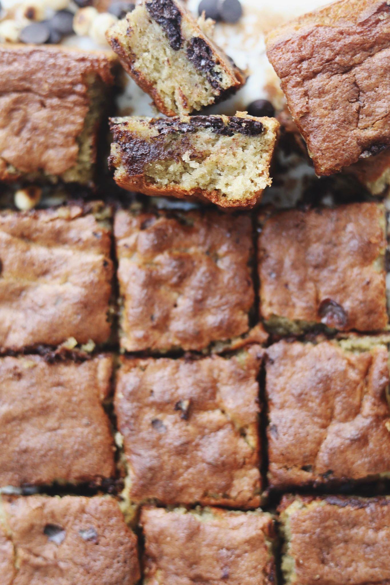 Banankage bagt i bradepande med chokolade og hasselnødder