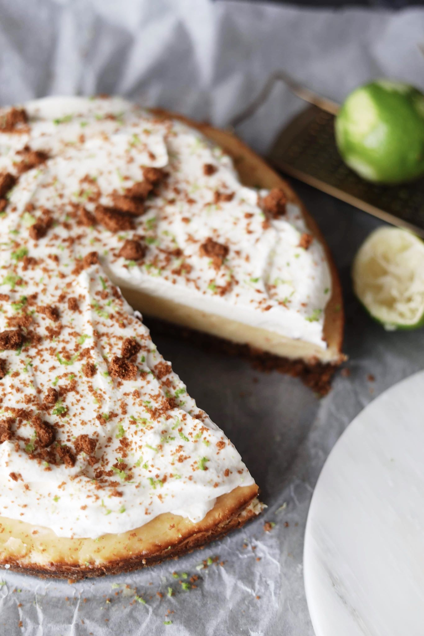 Limetærte med kanelbund og flødeskum