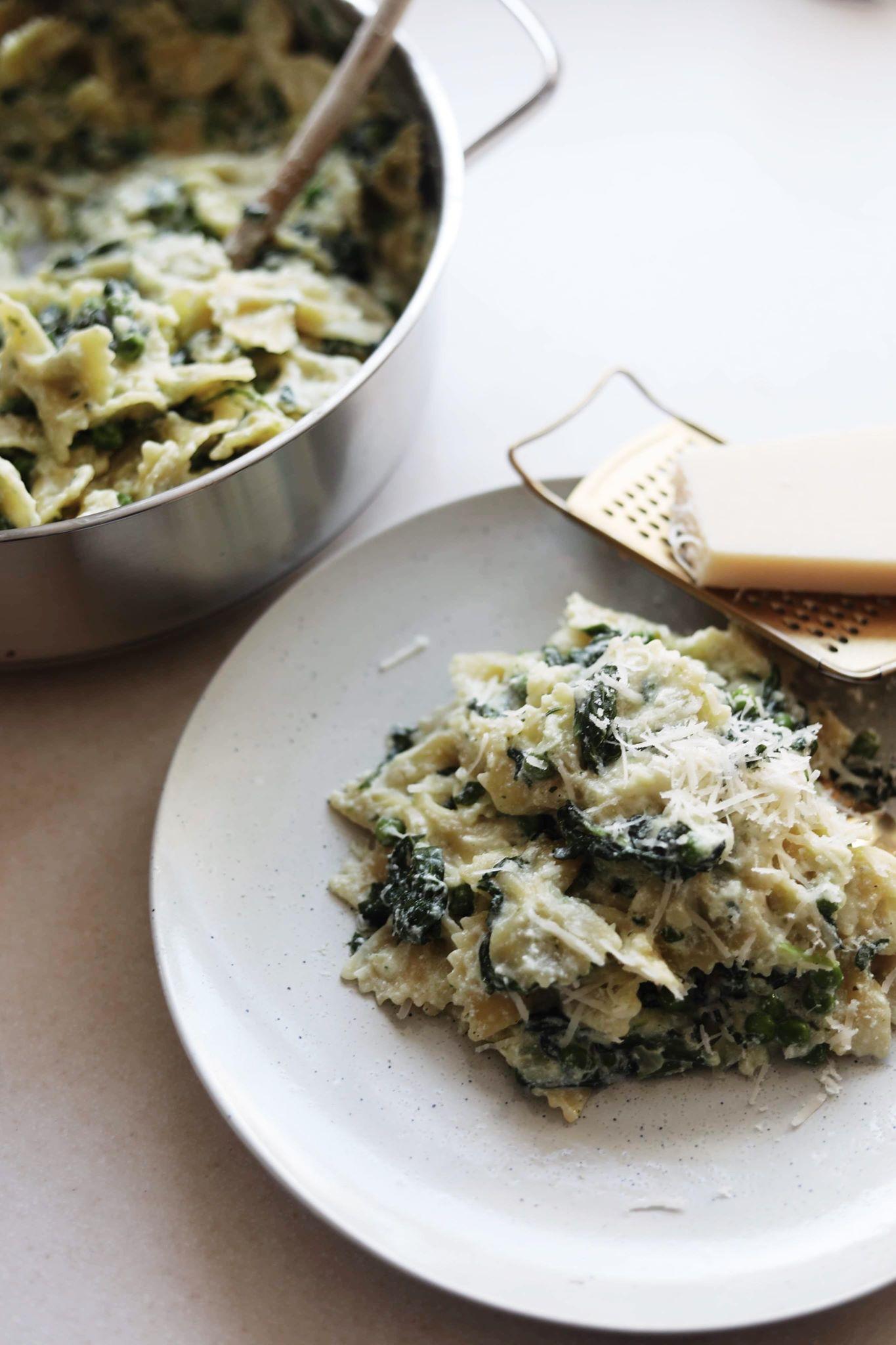 One pot pasta med spinat, ærter og ricotta