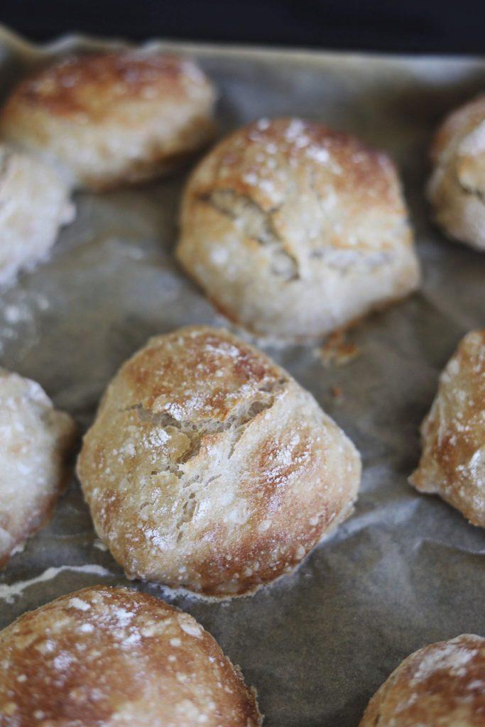Sprøde og luftige surdejsboller