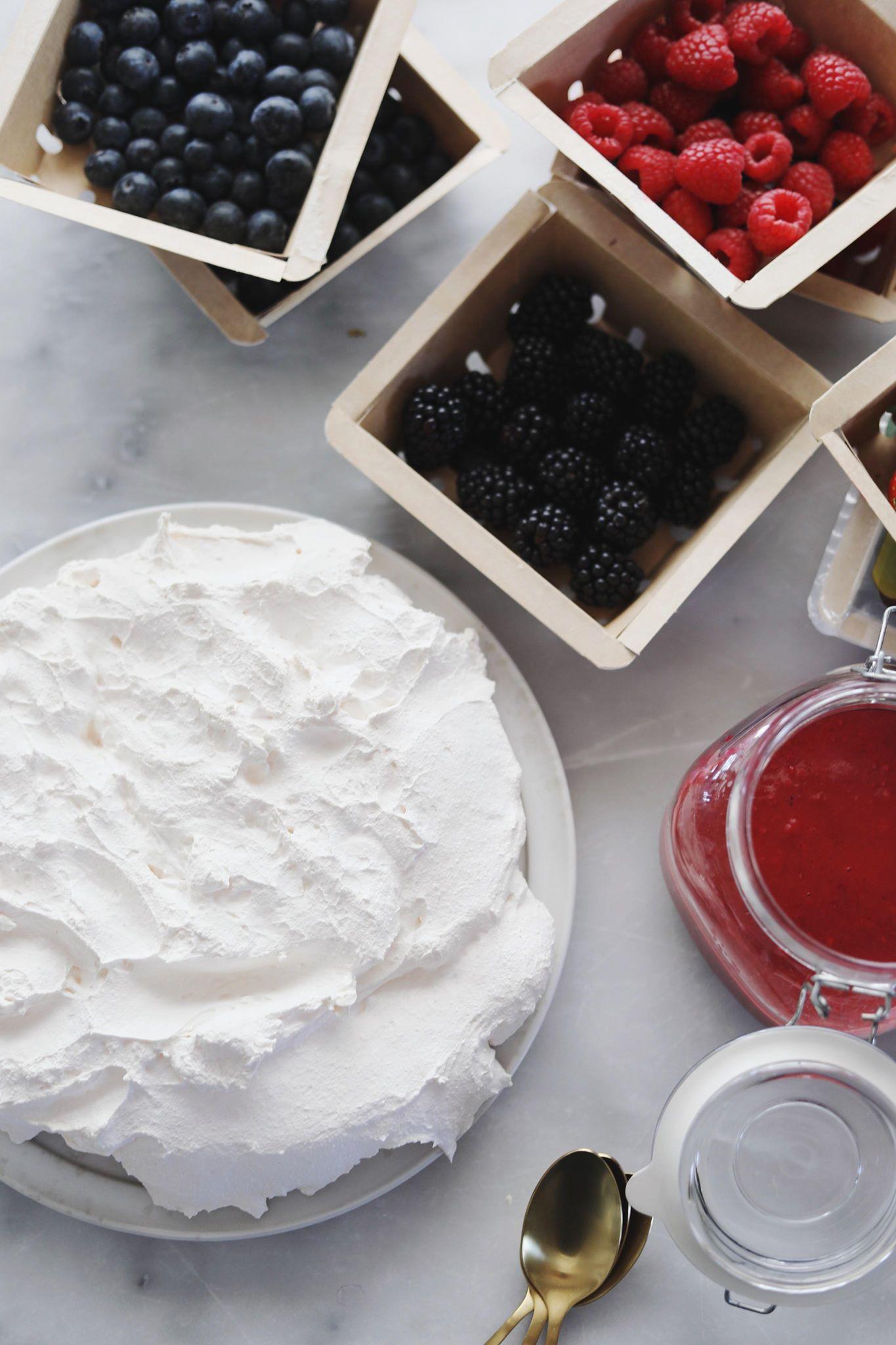Pavlova lagkage med hindbærcurd og bær