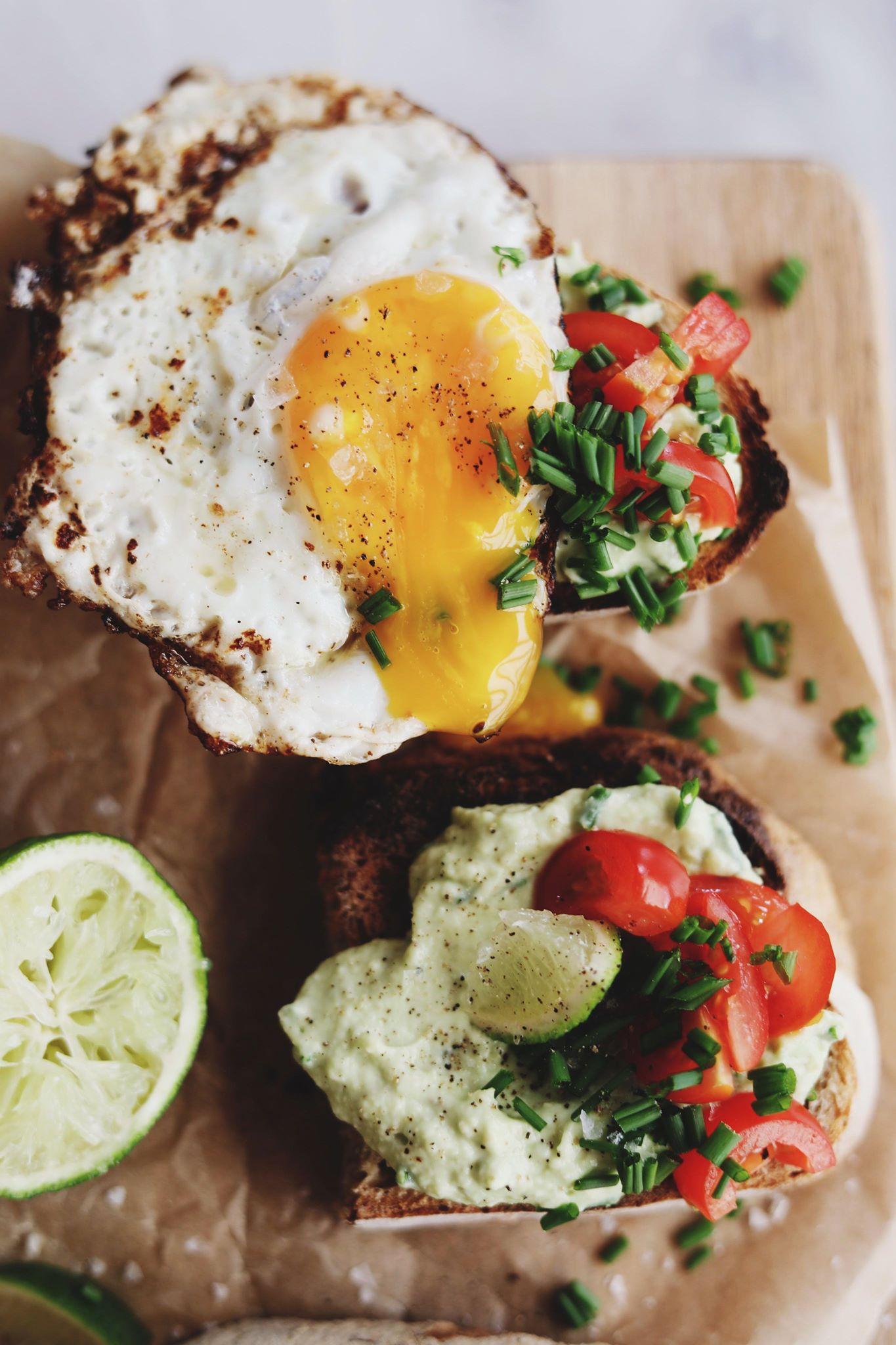 Surdejsbrød med avocado og æg