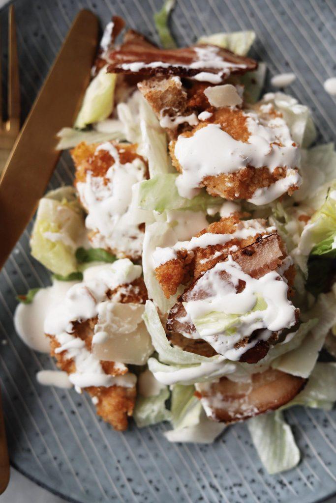 Cæsarsalat med sprøde kyllingestykker