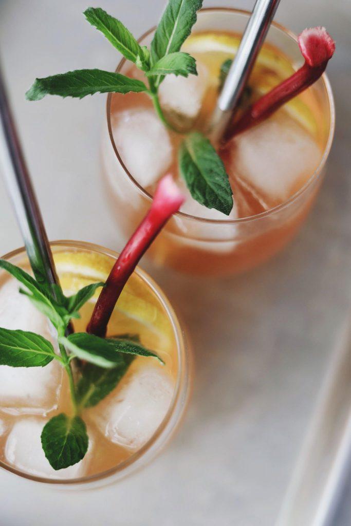 Gin og Tonic med rabarber og hyldeblomst