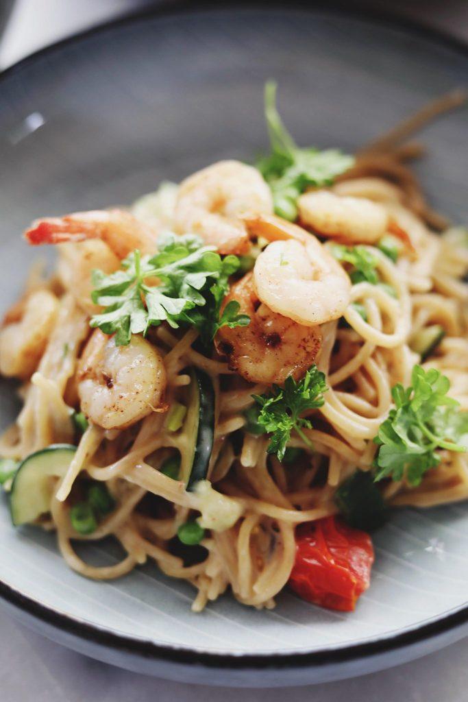 One pot pasta med hvidløgsrejer