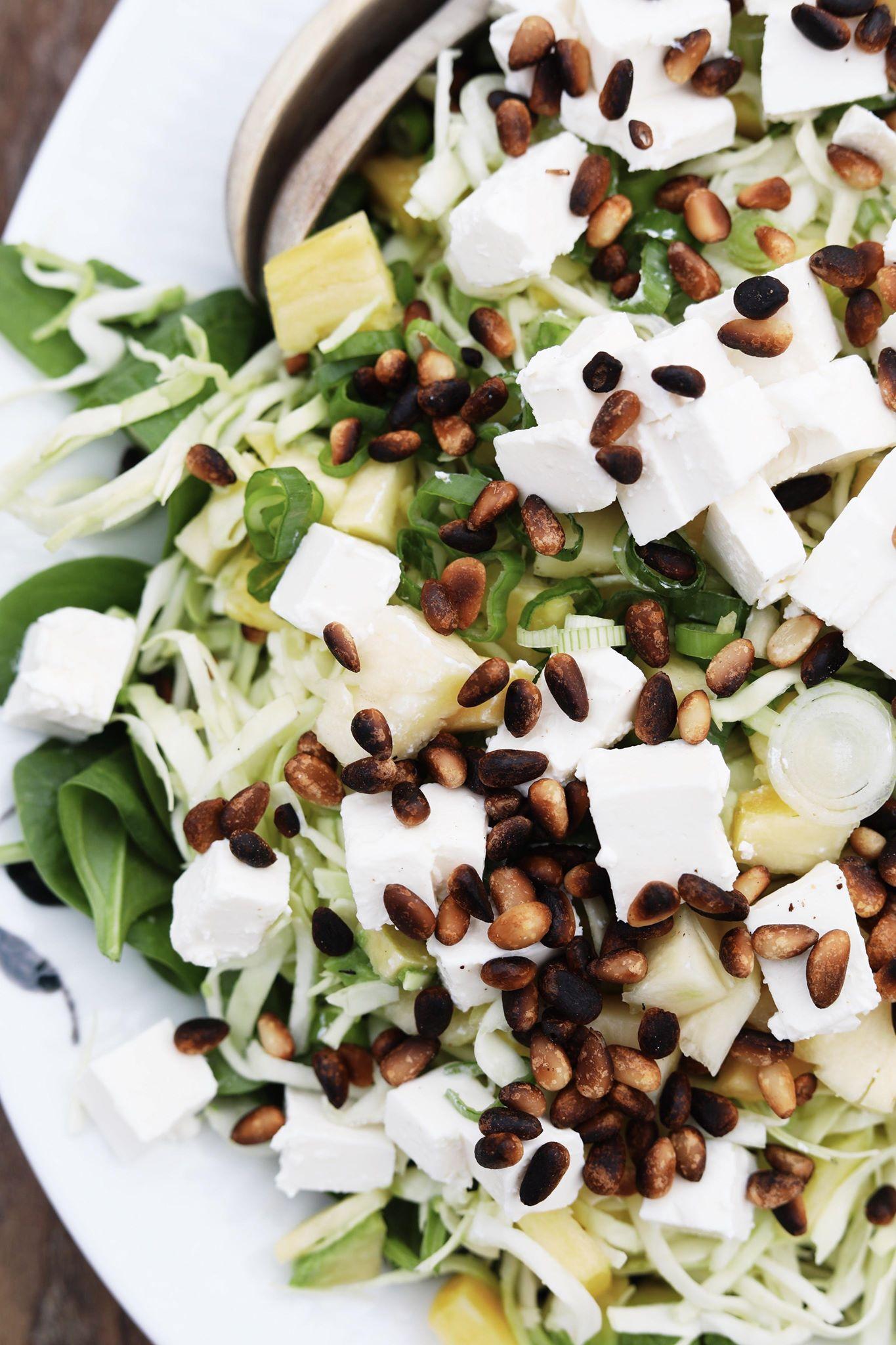 Spidskålssalat med spinat, feta og ananas