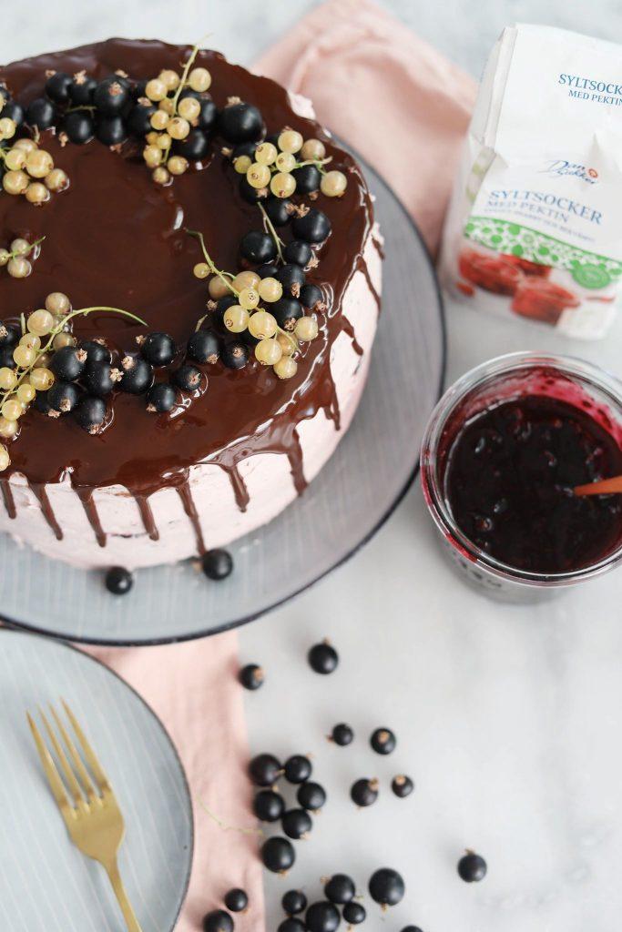Lagkage med solbær og vaniljemousse