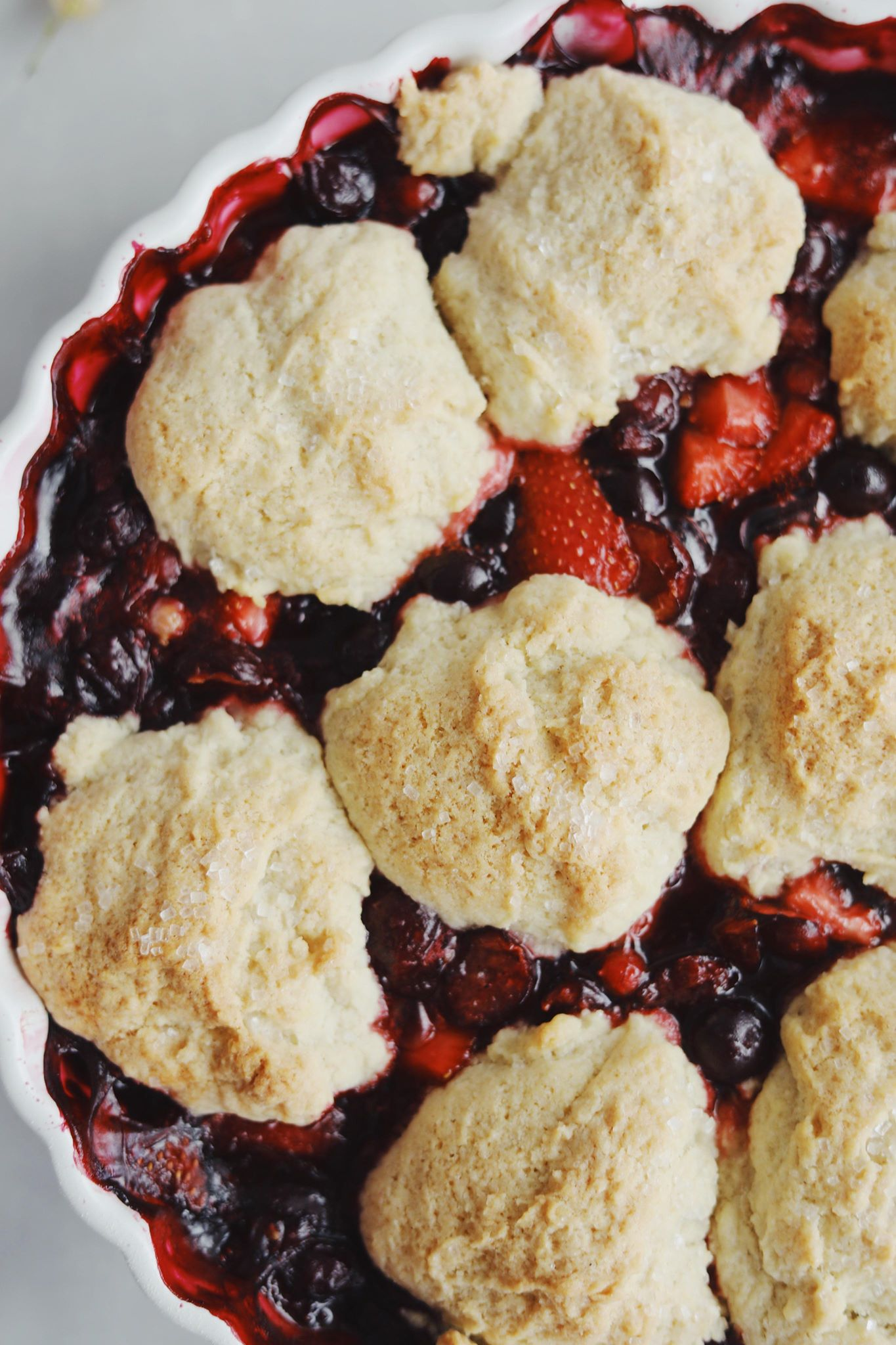 Berry cobbler (crumble af mørdej med bær)
